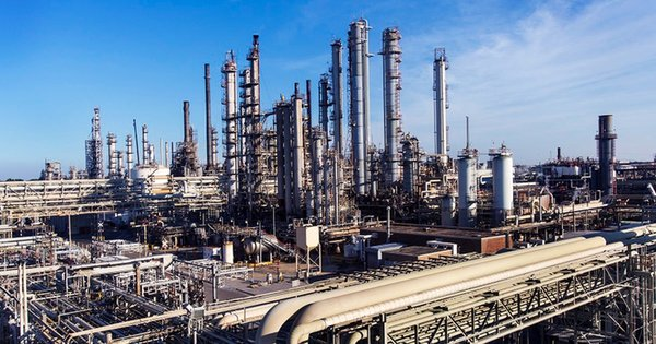 ExxonMobil_Corp._Baton_Rouge_Refinery_in_Daytime.png