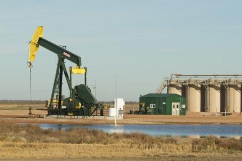 Onshore oil rig North Dakota.jpg